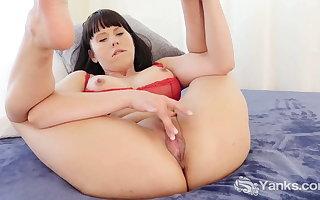 Yanks Cutie Amber Pursue Masturbating