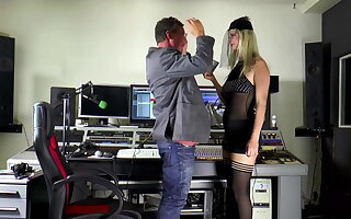 Mia Bitch fickt den Toningenieur im Studio