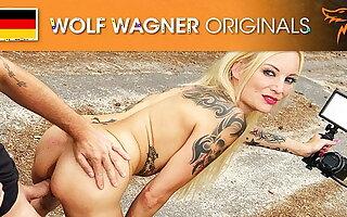 Kitty Blair runs naked protest against Tesla! Wolfwagner.com