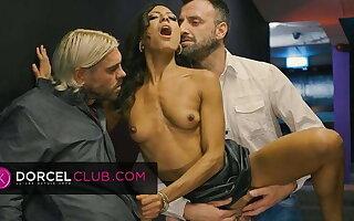 Hot threesome with beautiful brunette Cassie del Isla