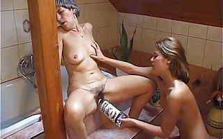 Botrányvideó Lindike és anyu a fürdőkádban