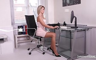 Interracial bangers Mary Kalisy gets pussy gaped with bbc to hand the office